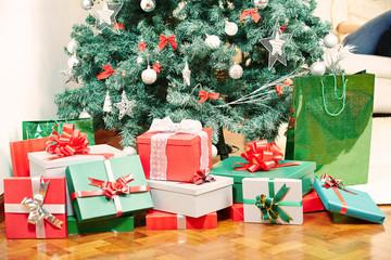 Viele Geschenke unter Weihnachtsbaum zu Weihnachten