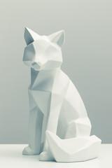 figura decorativa de zorro vista de frente sobre fondo gris