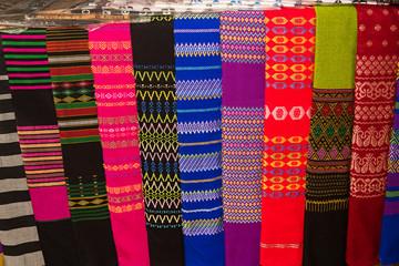 Telas de colores bordadas para longyi en Myanmar.