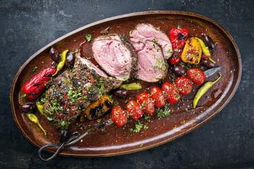 Barbecue Lammbraten mit Tomaten Grillspieß und Oliven close-up auf Teller