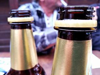 Bier aus Plastikflaschen im Obdachlosenheim