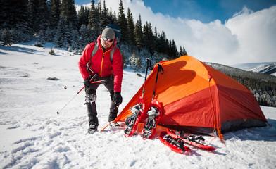 climber puts a tent.