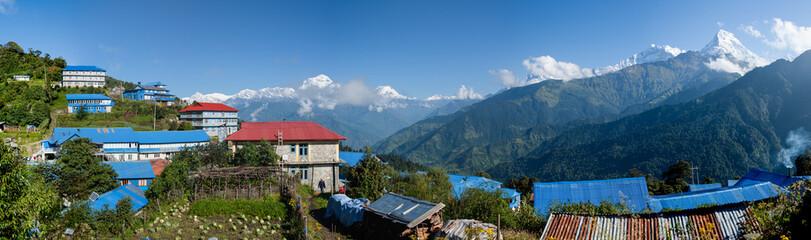 Bergdorf im Himalaya mit Sicht auf Daulaghiri und Annapurna