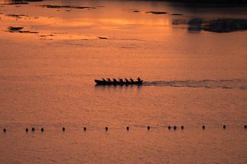 夕陽に輝く沖縄の海