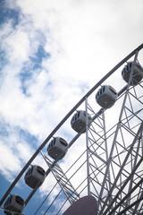 колесо обозрения в парке аттракционов