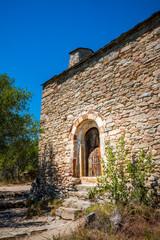 L'église Saint Père de Belloc au dessus du lac de Vinça