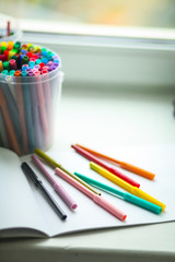 фломастеры разных цветов и альбом для рисования