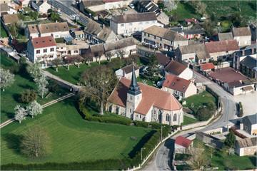 Vue aérienne du village typique français de Le-Mesnil-Simon en Eure-et-Loir en France