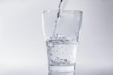 Glas gefüllt mit Wasser
