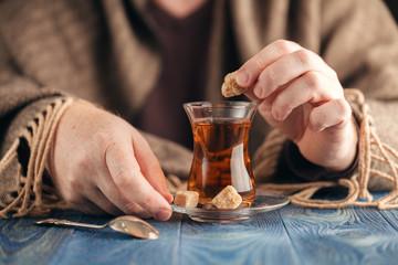 Papiers peints Bar Male add sugar in hot tea