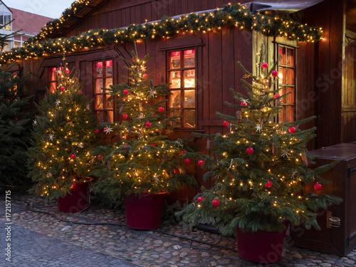 Weihnachtsbäume Vor Einer Holzhütte Weihnachtsmarkt Deutschland