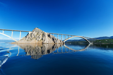 In de dag Brug Bridge to the island of KRK. KRK is a Croatian island in the northern Adriatic Sea.