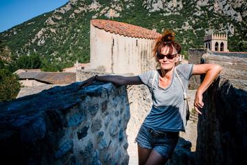 Femme sur les remparts du village de Villefranche-de-Conflent