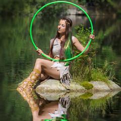 Elfe mit Reifen sitzt am Wasser