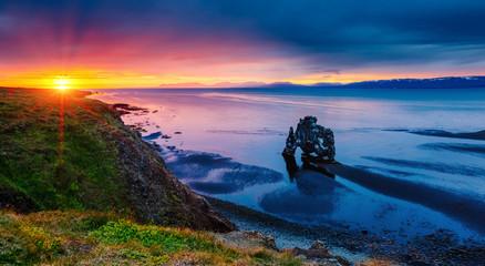 壁紙(ウォールミューラル) - Spectacular black sand after the tide. Location place Hvitserkur rock, Vatnsnes peninsula, Iceland, Europe.