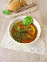 Selbst gemachte bunte Paprikasuppe mit roter, grüner und gelber Paprika