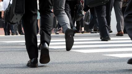 群衆・歩く人・横断歩道・東京駅
