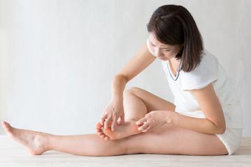 足裏を掻く女性