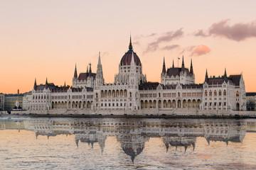 Spiegelung des Parlaments in Budapest in der Donau während eines Sonnenuntergangs