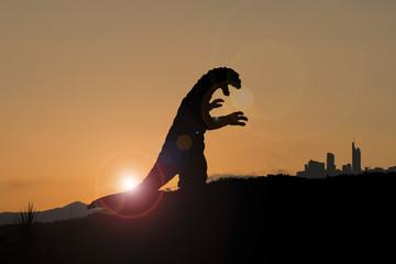 Silhouette eines Godzilla-artigen Monsters auf dem Weg in die Stadt Fotoväggar