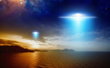 Keuken foto achterwand UFO Extraterrestrial aliens spaceship fly above sunset sea