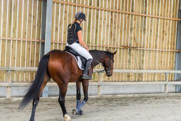 détendre son cheval au pas
