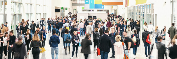 Fototapete - large crowd of anonymous blurred people at a trade fair