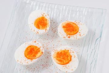 Vier halbe gekochte Eier