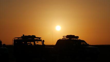 4x4 Sahara fuoristrada off-road al tramonto