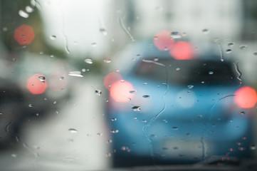 gouttes de pluie sur un pare brise de voiture en ville dans un embouteillage