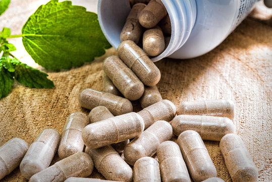 Tabletten auf Holzbrett