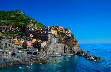 Kunterbuntes Manarola in Cinque Terre an einem schönen Sommertag