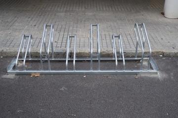 Fahrradständer auf einem Gehweg