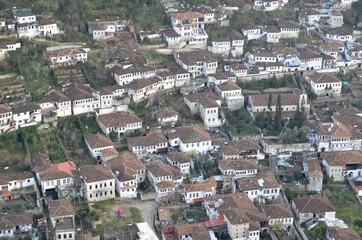 Vue plongeante de Berat, ville albanaise inscrite au patrimoine mondial de l'Unesco.