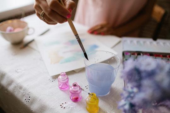 girl wet brush to paint