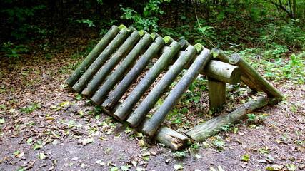 Ekologiczny, drewniany stojak na rowery w Dolnośląskim lesie przy ścieżce przyrodniczej