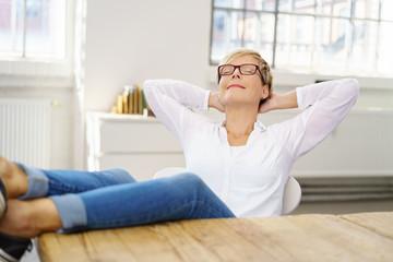 frau lehnt sich entspannt zurück