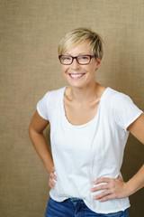 lächelnde frau mit brille und kurzen, blonden haaren