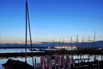 Ein Segelbootshafen friedlich in der Abenddämmerung