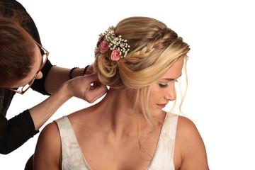 Braut wird frisiert mit Zopf und Blumen