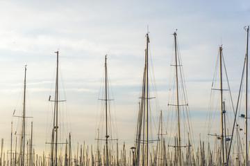 Yachthafen mit Segelmasten
