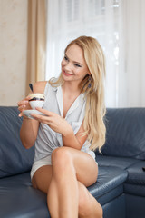 Blonde woman drinking coffee and have a chat