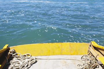 Proa do barco em alto mar