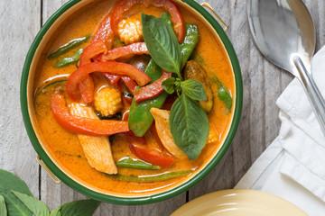 Rotes Thai-Curry in einer Schale auf Holztisch