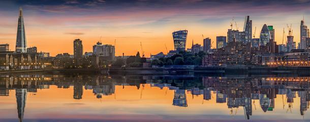 Wall Mural - Panorama der neuen Skyline von London, Großbritanninen, bei Sonnenuntergang