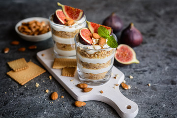 Papiers peints Dessert Layered mascarpone dessert with crushed vanilla biscuits, figs and almonds