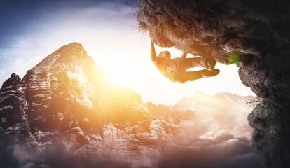 Freikletterer klettert Überhang Free Solo