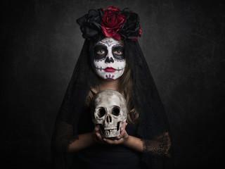 niña en halloween