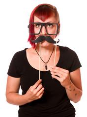 Attraktive junge Frau in einer Fotobox