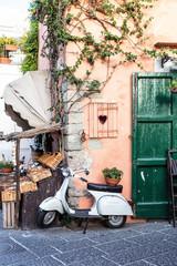 Foto auf Gartenposter Scooter Vue d'un scooter emblématique Italien dans une ruelle, Ischia, golfe de Naples, région de Campanie, Italie